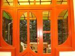 Egyedi tervezésű bejárati ajtó reflexiós üvegezéssel